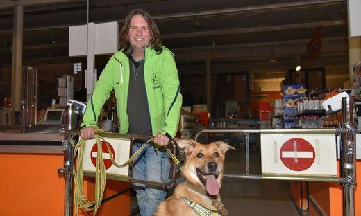 Markus Burkhardt beim Übungs-Trailern in einem Klagenfurter Baumarkt