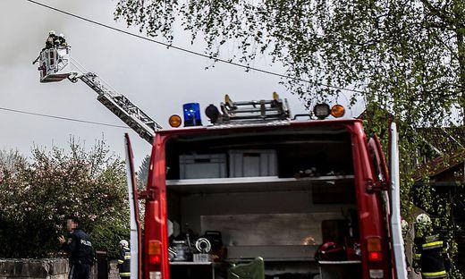 Mit der Drehleiter gelangten die Feuerwehrleute zur Wohnung (Symbolfoto)