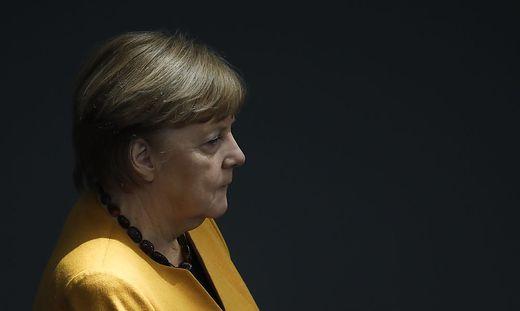 """Deutsche Opposition kritisiert Merkel nach Rücknahme von """"Osterruhe"""" und fordert Vertrauensfrage."""