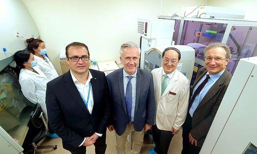 Christoph Ludwig, Robert Lobnig, Do-Hyun Nam und Thomas Pieber besiegeln die Kooperation zwischen Graz und Seoul