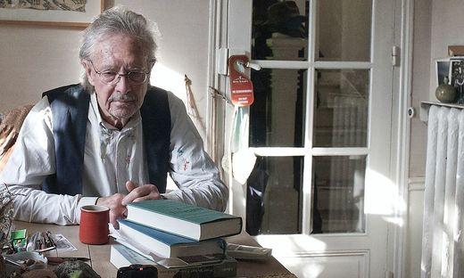 """""""Man will sich stellen, aber man weiß nicht, wie man das macht"""": Peter Handke vor seinen Schriften zu Jugoslawien und einer Büste von Tolstoi"""