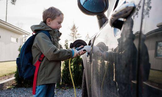 Rund die Hälfte aller neuzugelassenen Autos in Schweden fahren elektrisch