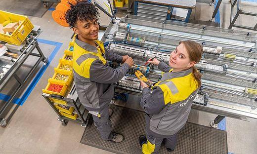 Mechatroniker bei Knapp: Ilyas Ali und Barbara Bogensberger
