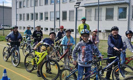 Die Kinder der Volksschule Leibnitz I bei AUVA-Radworkshop mit Experte Michael Wiener-Pucher
