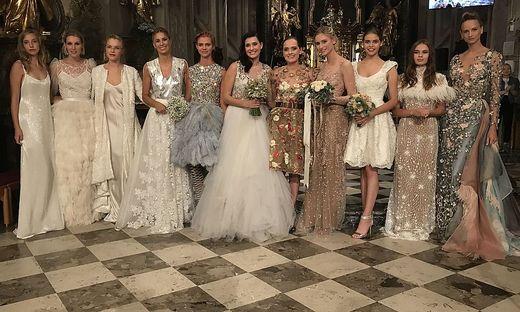 Zehn Models präsentierten die neue Kollektion von Designerin Eva Poleschinski (5.v.r.)