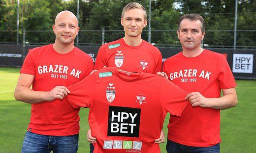 Rene Ziesler (Obmann-Stv. GAK), Andreas Köberl (CEO HPYBET) und Matthias Dielacher (Klubmanager GAK, von links)
