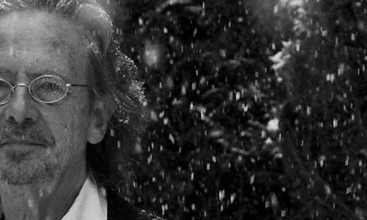 Peter Handke im ersten Winterschnee in seinem Garten in Chaville