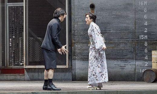 Josh Lovell als Noboru und Vera-Lotte Boecker als Fusako