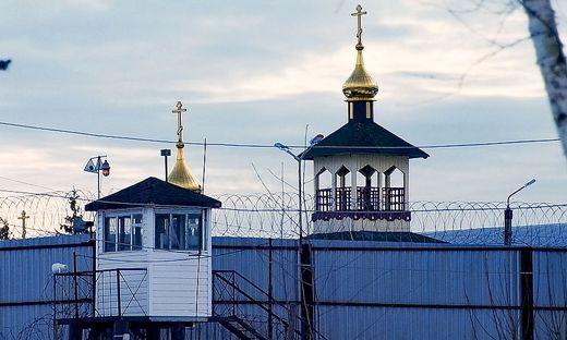 Die zuletzt auf rund zweieinhalb Jahre bemessene Haft sitzt Nawalny inzwischen in der Strafkolonie in dem Ort Pokrow im Gebiet Wladimir rund 100 Kilometer östlich von Moskau ab