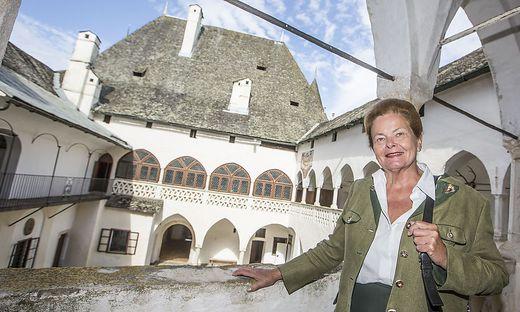 Zusammen mit acht Verwandten bewahrt die Villacherin die einstige Ritterburg