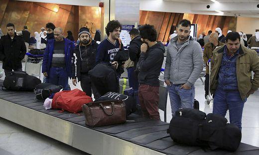 Wartende am Flughafen Bagdad