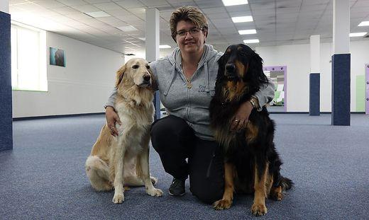 Ingrid Glauninger mit ihren Hündinnen Josy und Indira