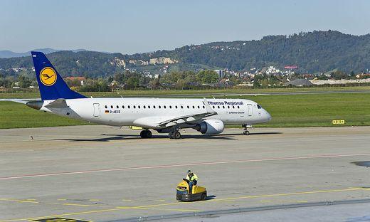 Eine Lufthansa-Maschine am Rollfeld in Graz
