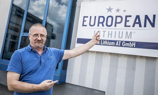 European Lithium-Chef Dietrich Wanke vor seinem Wolfsberger Büro