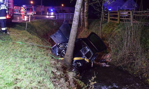 Das Fahrzeug kippte um und blieb mit der Fahrerseite im Bachbett liegen