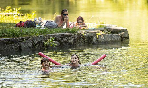 Jana und Elisabeth möchten am liebsten gar nicht mehr aus dem Wasser raus