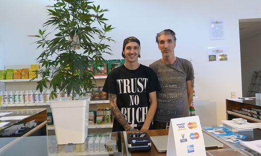 """Christian Pirker und Vater Bernhard Pirker führen den Hanf-Shop """"Greenfield –  Die mit dem Hanf"""""""