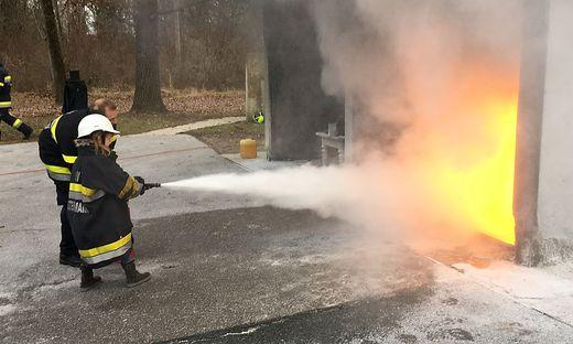 Perfekter Löschangriff einer Fünfjährigen: Laura Röck im Umgang mit dem Feuerlöscher