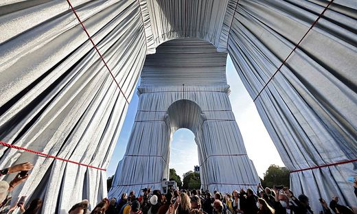 Nicht nur Christo-Fans pilgerten zum verhüllten Triumph-Bogen