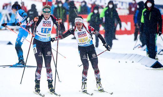 Lisa Hauser (links) und Dunja Zdouc haben WM-Silber im Mixed-Teambewerb in der