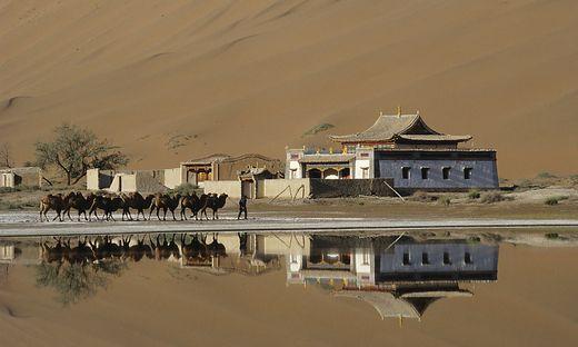 Das kleine buddhistische Kloster Bardain Jaran in der Wüste Gobi
