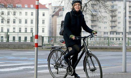 Zur Amtsübergabe im Umweltministerium kam Gewessler kameragerecht mit dem Fahrrad