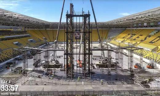 Im Video sieht man den Bühnenaufbau im Zeitraffer