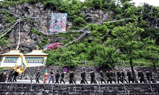 Bergmänner marschieren beim Reiftanz in einer großen Gruppe am Lingkor vorbei