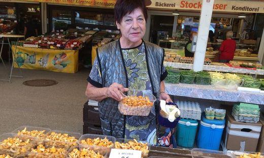 Margarete Pramstaller verkauft am Benediktinermarkt in Klagenfurt Schwammerl und Pilze