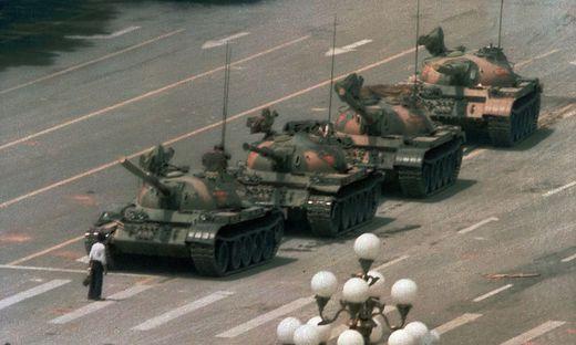"""Der """"Tank Man"""" von Charlie Cole am 5. Juli 1989"""