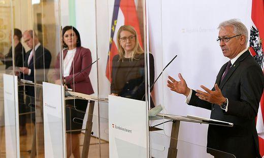 (v.l.) Markus Mair (CEO Styria Media Group), Landwirtschaftsministerin Elisabeth Köstinger (ÖVP), Wirtschaftsministerin Margarete Schramböck (ÖVP) und Georg Pölzl (CEO Österreichische Post AG)
