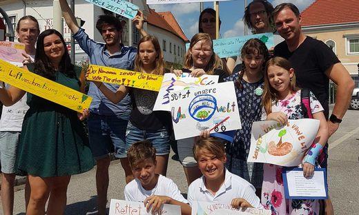Bgm. Andreas Babler mit den AktivistInnen der Friday for Future-Bewegung und SchülerInnen aus Traiskirchen