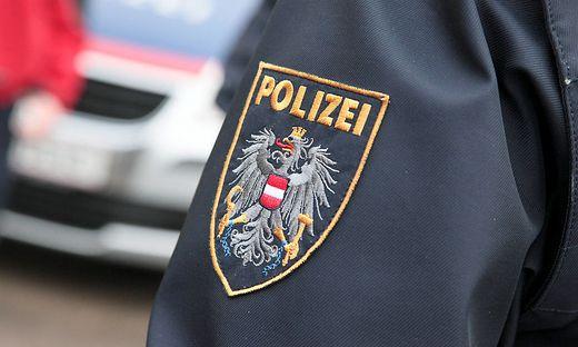 Polizisten hielten in der Wohnung des Mannes Nachschau. Es wurden keine weiteren Waffen sichergestellt (Sujetbild)