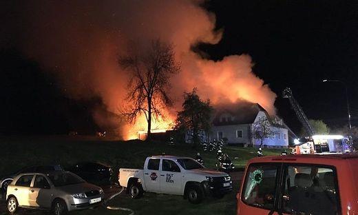 Haus, Wirtschaftsgebäude und Stall brannten lichterloh