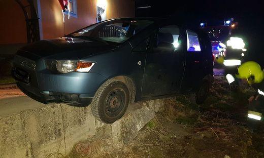Der Pkw saß auf einer Mauer auf und blieb stecken
