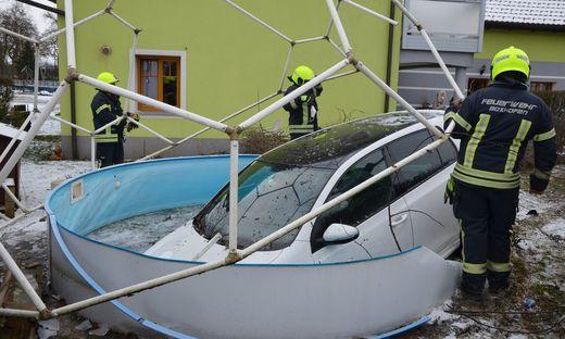Komplettschaden: der Swimmingpool ist wohl nicht mehr zu retten