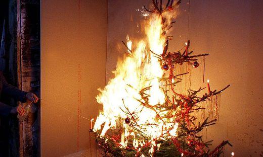 Durch einen Sternspritzer geriet der Christbaum explosionsartig in Brand (Sujetbild)