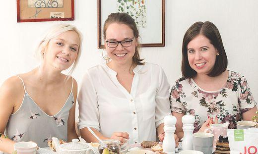 """Julia Schneeberger und den """"Mehlspeisenfräulein"""" Vera Straschek und Elisabeth Köhl (von links)"""