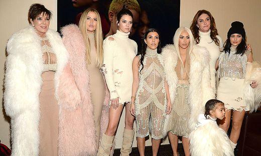 Clan-Chefin Kris Jenner mit ihren Töchtern Khloe, Kendall, Kourtney, Kim und Kylie. Zweiter von rechts: Caitlyn vormals William Bruce Jenner. Davor: North West, Tochter von Kim Kardashian