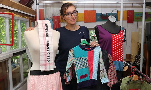 Marie Lenoble besticht mit eigener Kleidung sowie bedruckten Geschirrtüchern