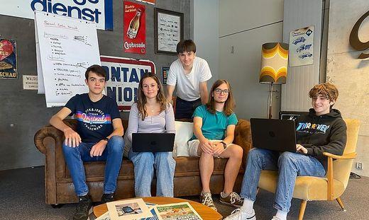 """Daniel, Paulina, Konstantin, Lukas und Paul (v. l.) analysieren die Jugend-Tauglichkeit der Online-Auftritte von Betrieben: """"Man fragt sich, warum sie sich wundern"""""""