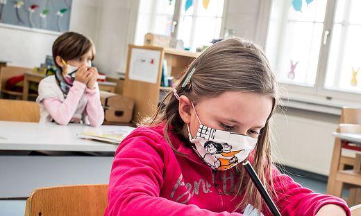 Die Kritik am MNS-Schutz während des Unterrichts wird immer lauter