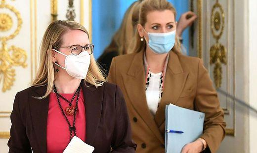 Die Ministerinnen Schramböck (links) und Aschbacher