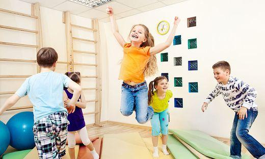 Bewegung und Spaß im Kindergarten. Bei einer solchen Turneinheit verletzte sich das Kind