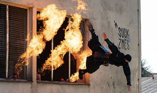 Ninja-Krieger schleuderte es nur so aus dem Fenster.