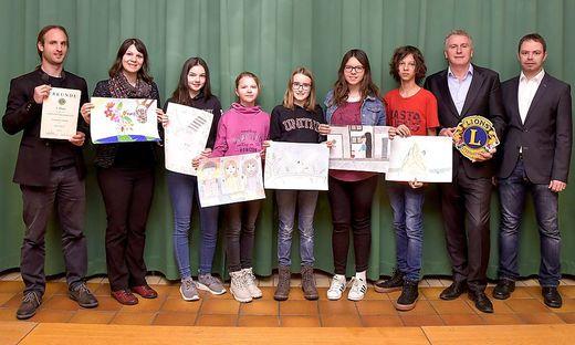 Die Schüler mit ihren Zeichnungen für den weltweiten Wettbewerb