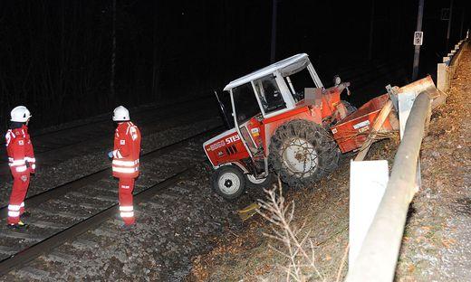 Der Traktor wäre beinahe von einem Zug erfasst worden