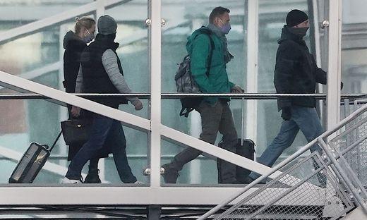 Kremlgegner Nawalny und Ehefrau beim Einsteigen ins Flugzeug