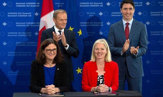 Kanadas Umweltministerin Catherine McKenna (rechts vorne) hat mit massiven Anfeindungen zu kämpfen