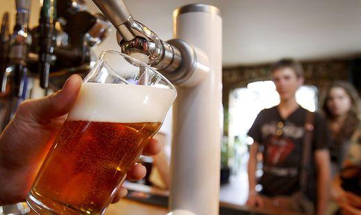 Die britische Getränke- und Gaststättenbranche fordert eine niedrigere Biersteuer im Kampf gegen das Pubsterben